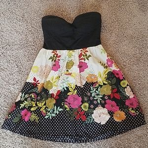 Dresses & Skirts - Pretty floral strapless dress